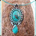 Création : pendentif cabochon en turquoise brodé