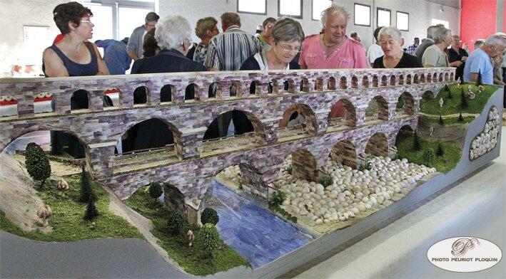 SAINT_CLAR_Fete_de_lAil_40eme_concours_de_maquettes_en_peaux_dail_2014_le_pont_du_Gard_realise_par_Gilles_Cayrel_3eme_prix_