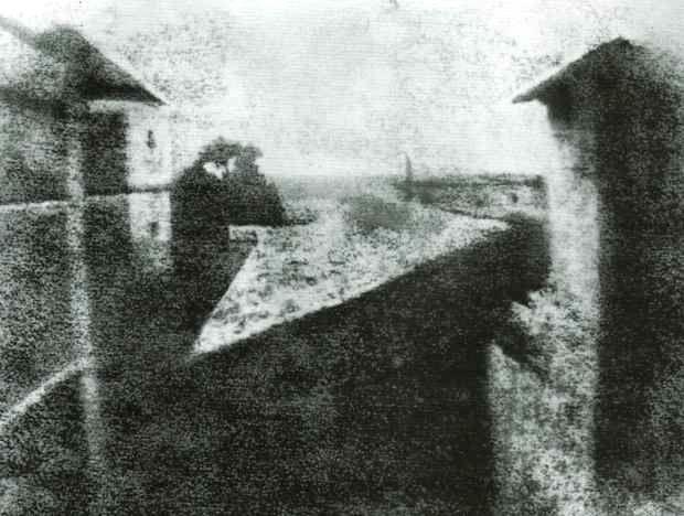 04. Nicéphore NIEPCE, Point de vue pris de la fenêtre, 1827 (contretype sur papier gélatino-argentique).