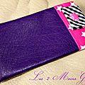 Etui à pilule girly en simili cuir souple violet, doublure fuchsia étoilée