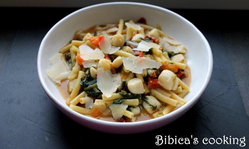 One-Pan Pasta pétoncles aux 2 tomates et aux bettes (ou blettes) face