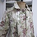 Ciré AGLAE en coton enduit couleur lin imprimé fleuri prune fermé par 2 pressions cachés par 2 gros boutons recouverts dans le même tissu (6)