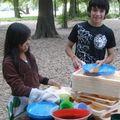 Jairo y Barbara haciendo la loza
