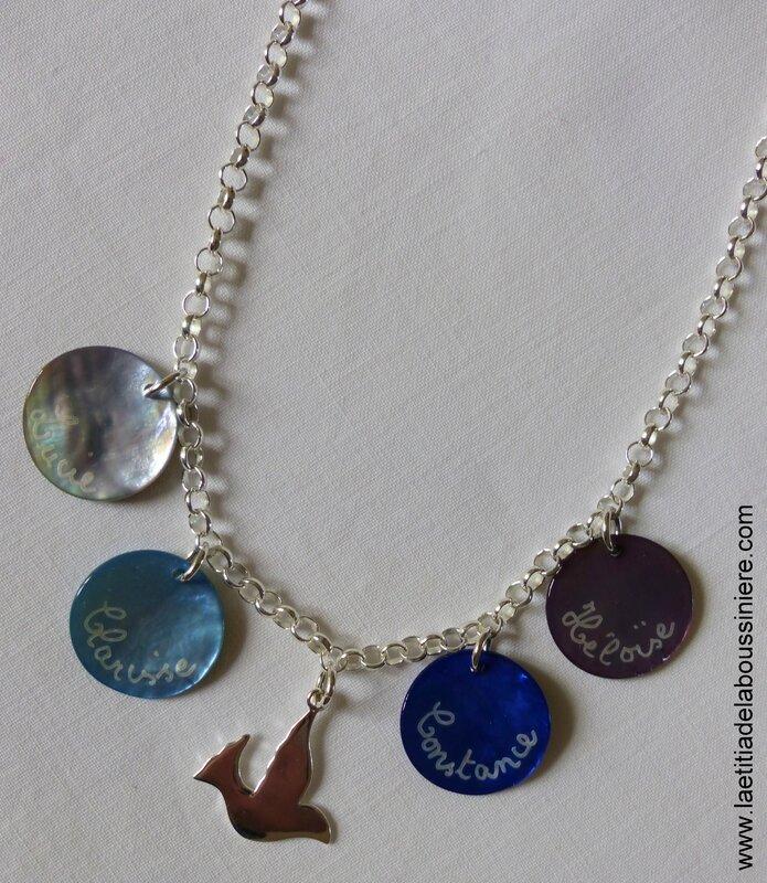 Collier sur chaine en argent massif composé de 4 médailles en nacre gravées et une colombe en argent massif
