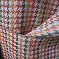 Manteau GISELE en toile polyester imprimé pied de poule kaki et orange - Doublure de satin orange - fermé par 3 pressions dissimulés sous 3 gros boutons recouverts (10)