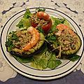 Avocats et tomates farcis au thon et pousses de haricots mungo