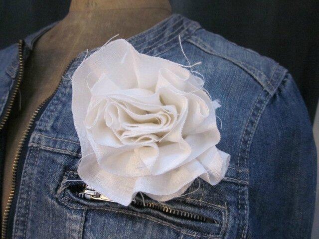 Broche fleur EVELYNE en lin blanc (1)