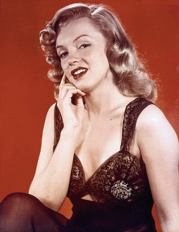 1948-studio-pinup_sitting-neglige_black-red-010-1-by_willinger-1a