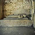 gisant de saint jean de chinon dit jean de moûtier ou jean le reclus
