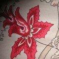 Un tapis de fleurs rouge sur fond lin