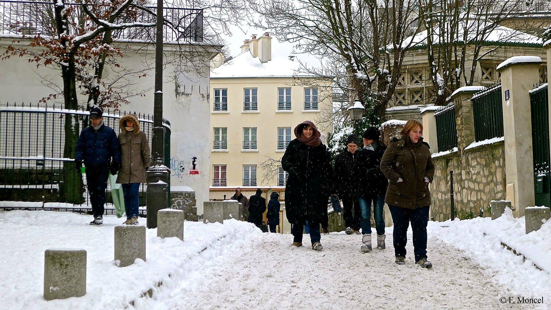 Animation touristique rue Norvins à Montmartre.