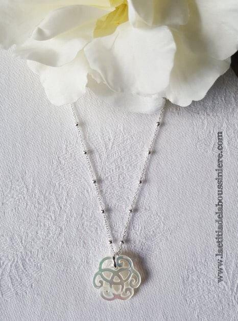 Collier mini arabesque en nacre (sur chaîne perles en argent massif) - 38 €