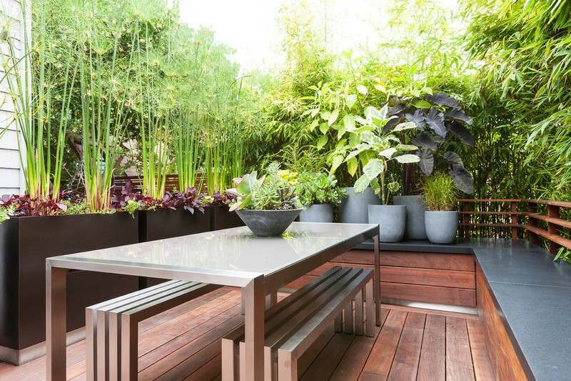 amenagement-petit-jardin-terrasse-bois-composite-bambou-brise-vue-table-bancs-metal