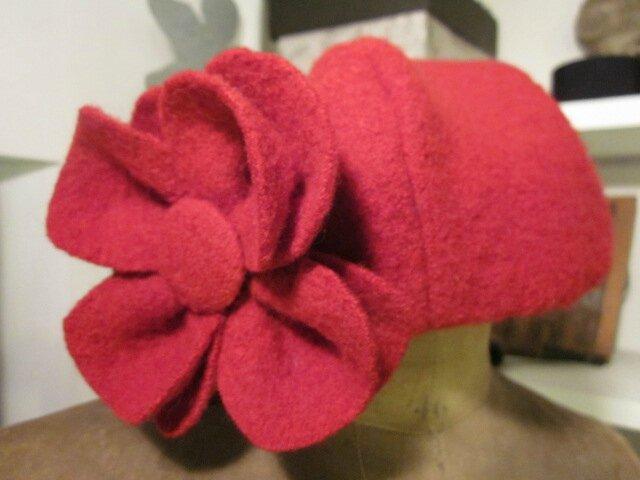 Chapeau AGLAE en laine bouillie rouge avec fleur - doublure de coton vichy rouge et blanc (5)