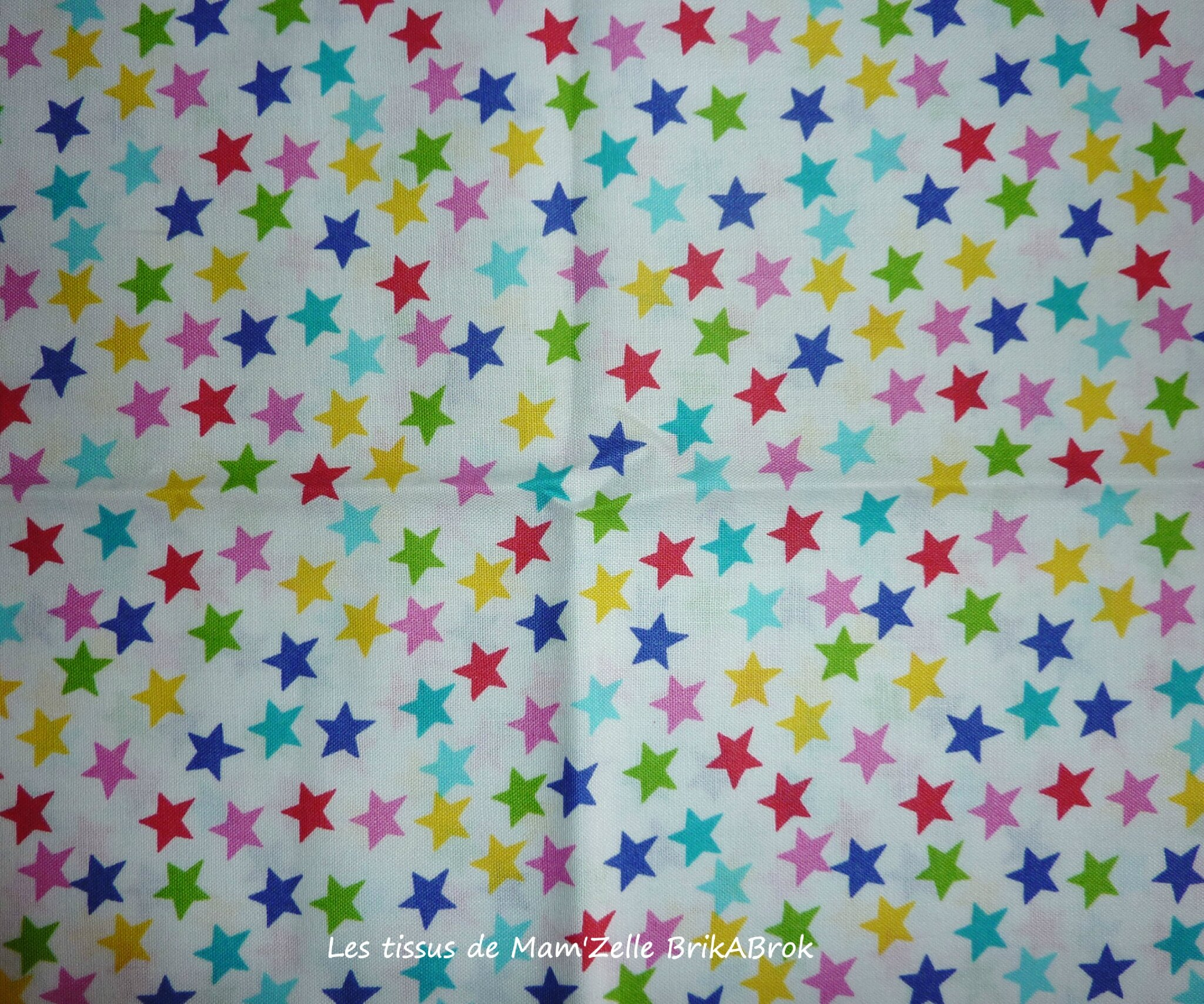 252 - Etoiles multicolores sur fond blanc