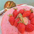 Un gâteau glacé mousseux aux fraises gariguettes, au citron vert et à la cannelle: joyeux anniversaire!