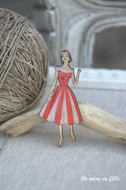 dame brune robe rouge et blanche à pois