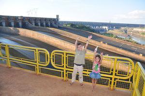 zo__et_timo_devant_le_barrage_d_Itaipu