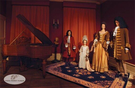 BEAULIEU_SUR_DORDOGNE_maison_Renaissance_musee_XVIIIe_siecle_couple_en_costume_Louis_XIII_la_petite_fille_est_coiffee_d_un_fontange_a_la_mode_a_la_cour_de_Louis_XIV