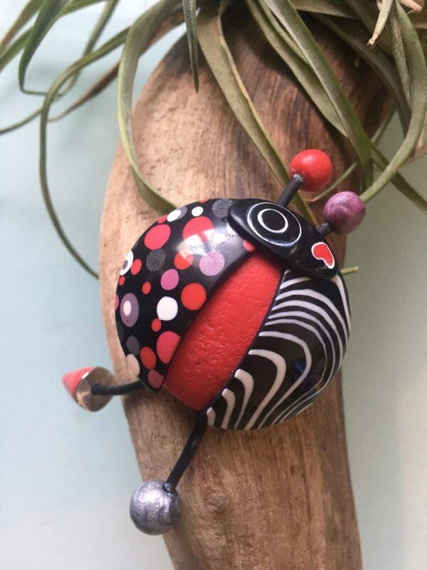 broche cocci rouge