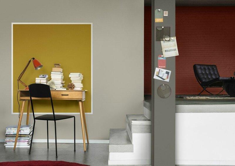 espace-de-travail-peint-en-jaune-dans-un-salon-gris-et-rouge_5754843