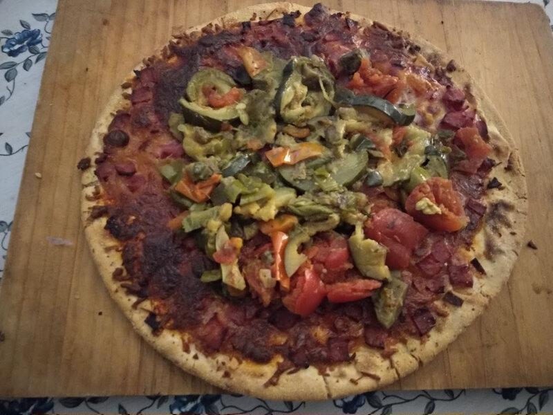 Pizza de jambon au fromage et à la ratatouille avec un oeuf