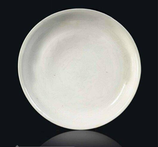 Plat en porcelaine émaillée blanc, Chine, dynastie Ming, Marque incisée a six caractères dans un double cercle et époque Jiajing (1522-1566)