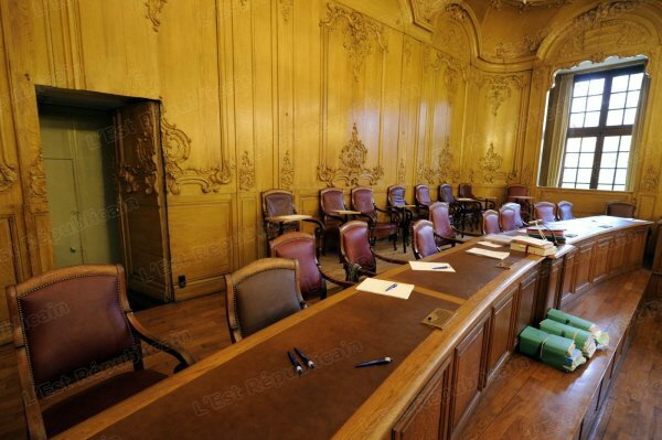 salle-de-tribunal-photo-archives-er-illustration