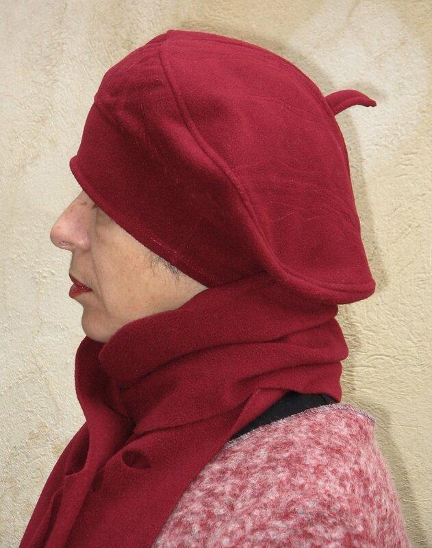béret polaire rouge foncé et son écharpe