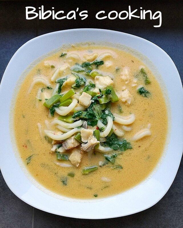 Soupe à la noix de coco à l'églefin, nouilles udon, haricots plats, pak-choï et sauce soja