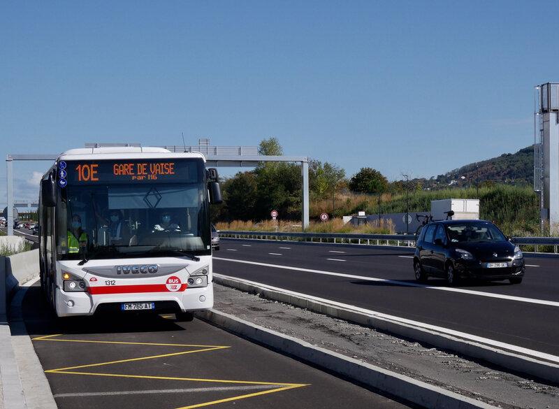 10E-bus-sur-autoroute-sytral