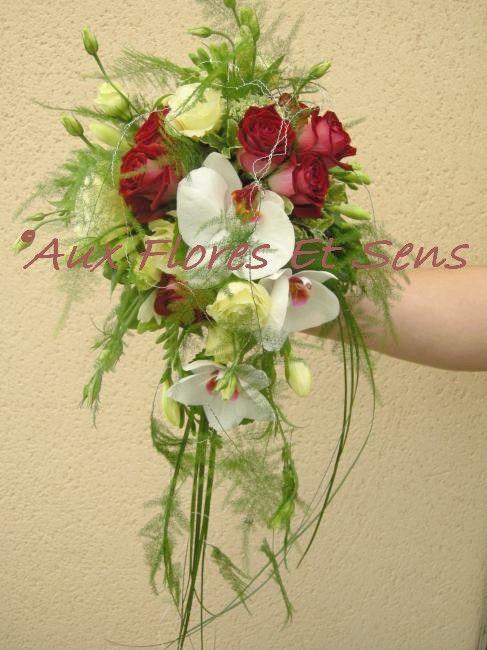 Bouquet de mariée retombant lysianthus crèmes et phalaenopsis