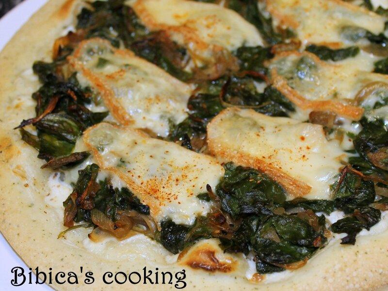 Pizza blanche aux bettes et au Maroilles gros plan