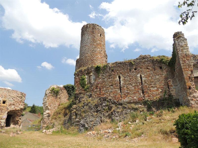 Vestiges du château médiéval du Xème et XIVème siècle