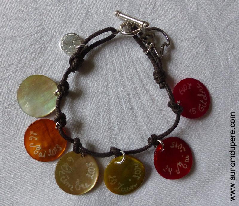 Bracelet de Confirmation sur cordon composé de 6 médailles en nacre gravées - 41 €