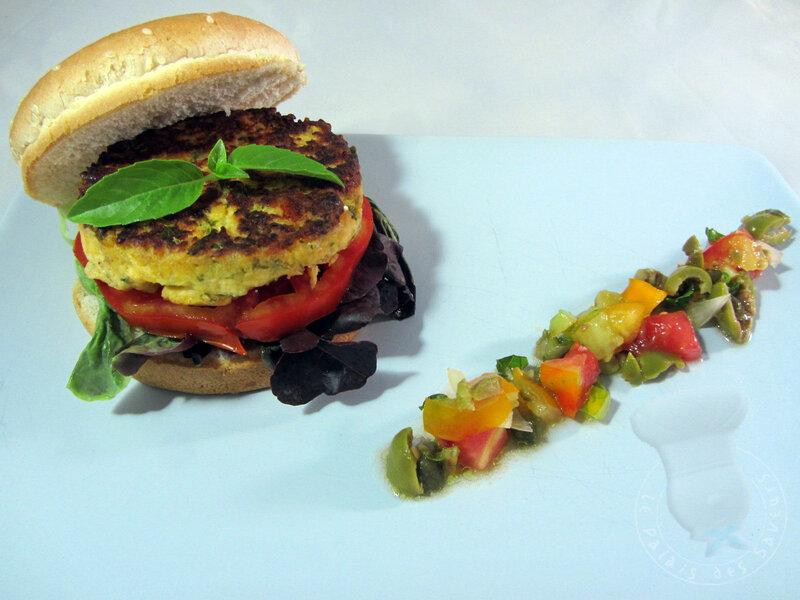 Burger de saumon, oilvade de tomates aux câpres