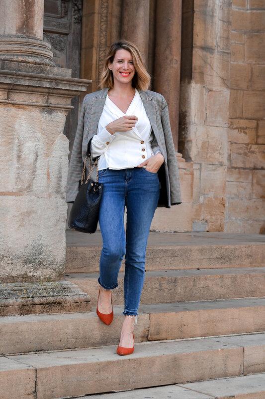 Blazer à carreaux et blouse délicate (10)