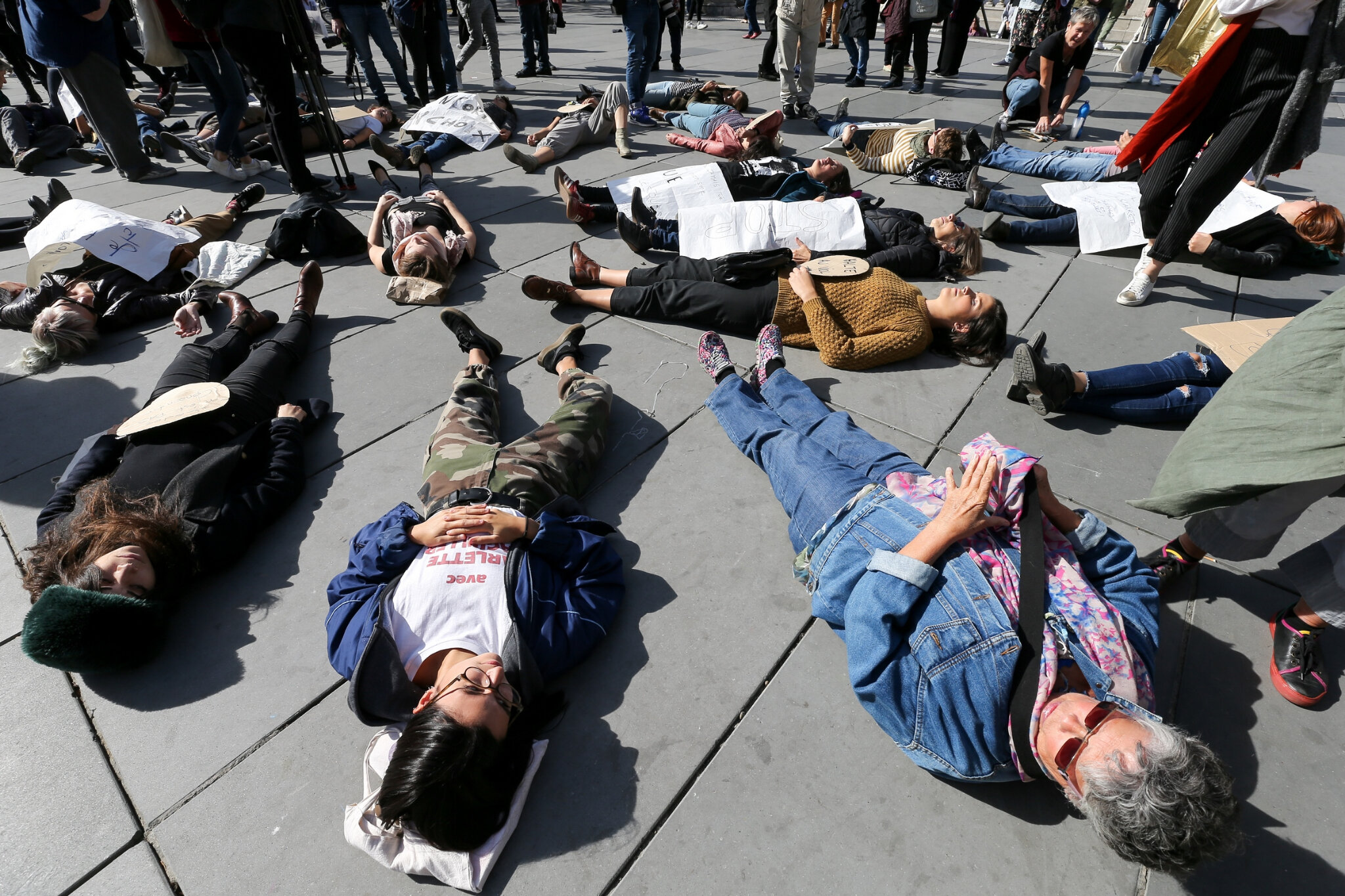 Die-In à Paris pour #MeToo. © Michel Stoupak. Sam 29.09.2018, 13h37m18.
