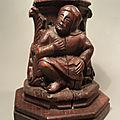 Ancien socle sculpture style gothique médiéval personnage feuilles d'acanthes.
