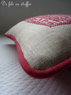 Coussin brodé rouge 7