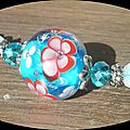 Collier bleu fleurs rouges et roses
