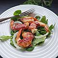 Gambas roulées a la coppa sur lit de salade et d'oignon