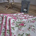 Set de 4 serviette de table 40X40 en coton écru fleuri rose, bordé de dentelle de coton rose vif (3)
