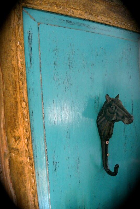 Patere cheval sur porte de récup. 60€