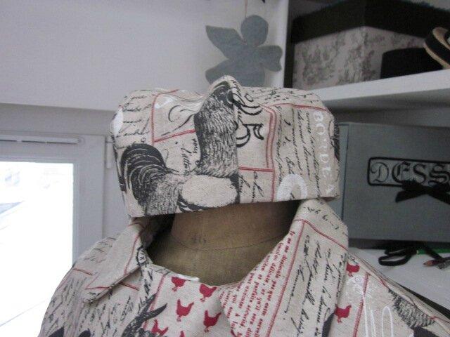 Chapeau de pluie AGATHE en coton enduit lin imprimé calligraphie et coq (4)