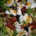Frisée aux oeufs, olives et tomates séchées