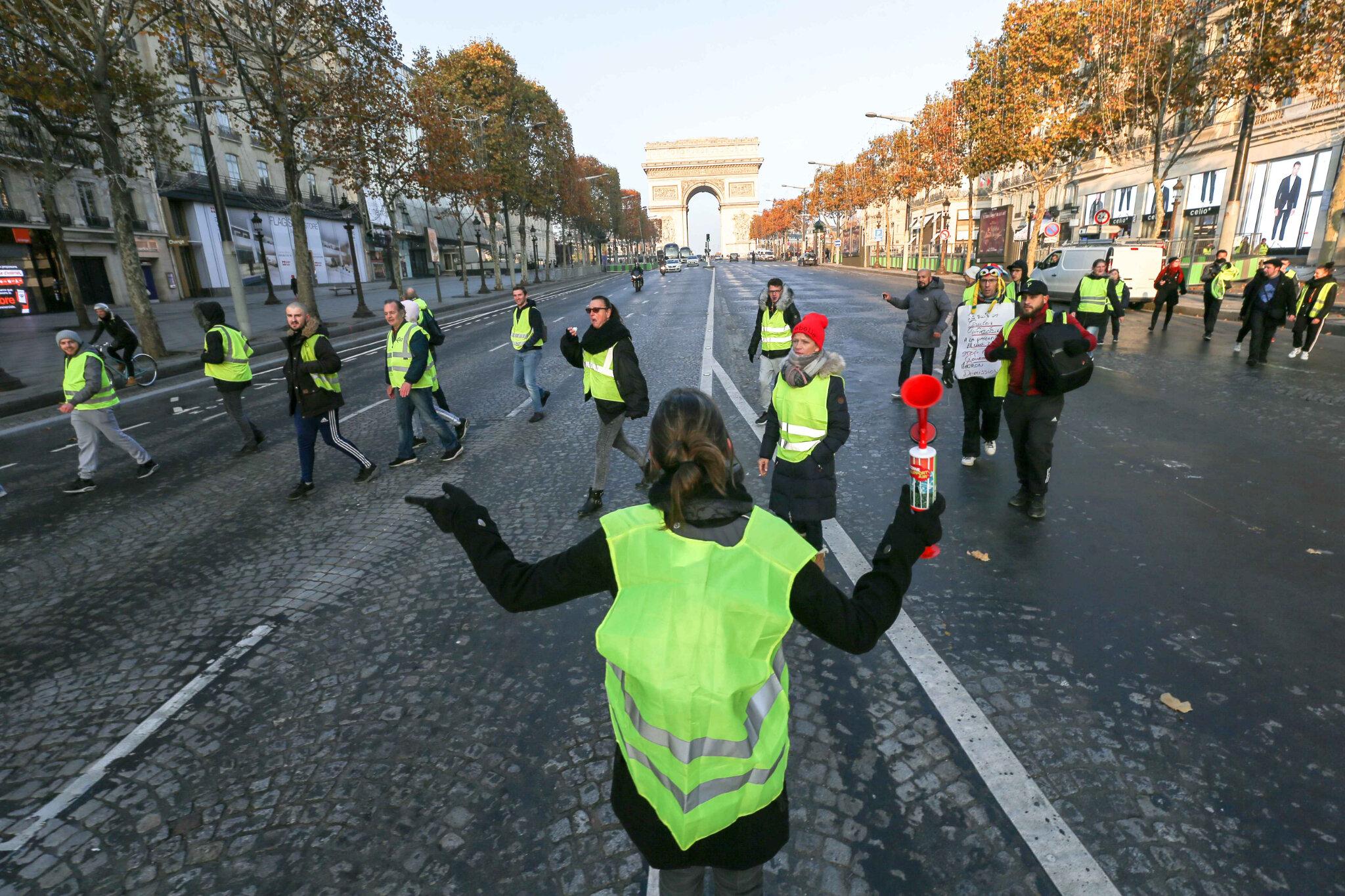 Les gilets jaunes bloquent la place Charles-de-Gaulle. © Michel Stoupak. Sam 17.11.2018, 09h07m24.