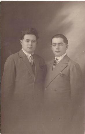 Laurent (cheveux plaqués) et un camarade annnée