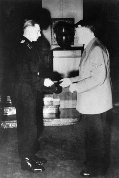 400px-Bundesarchiv_Bild_146-1987-074-33,_Michael_Wittmann_und_Adolf_Hitler