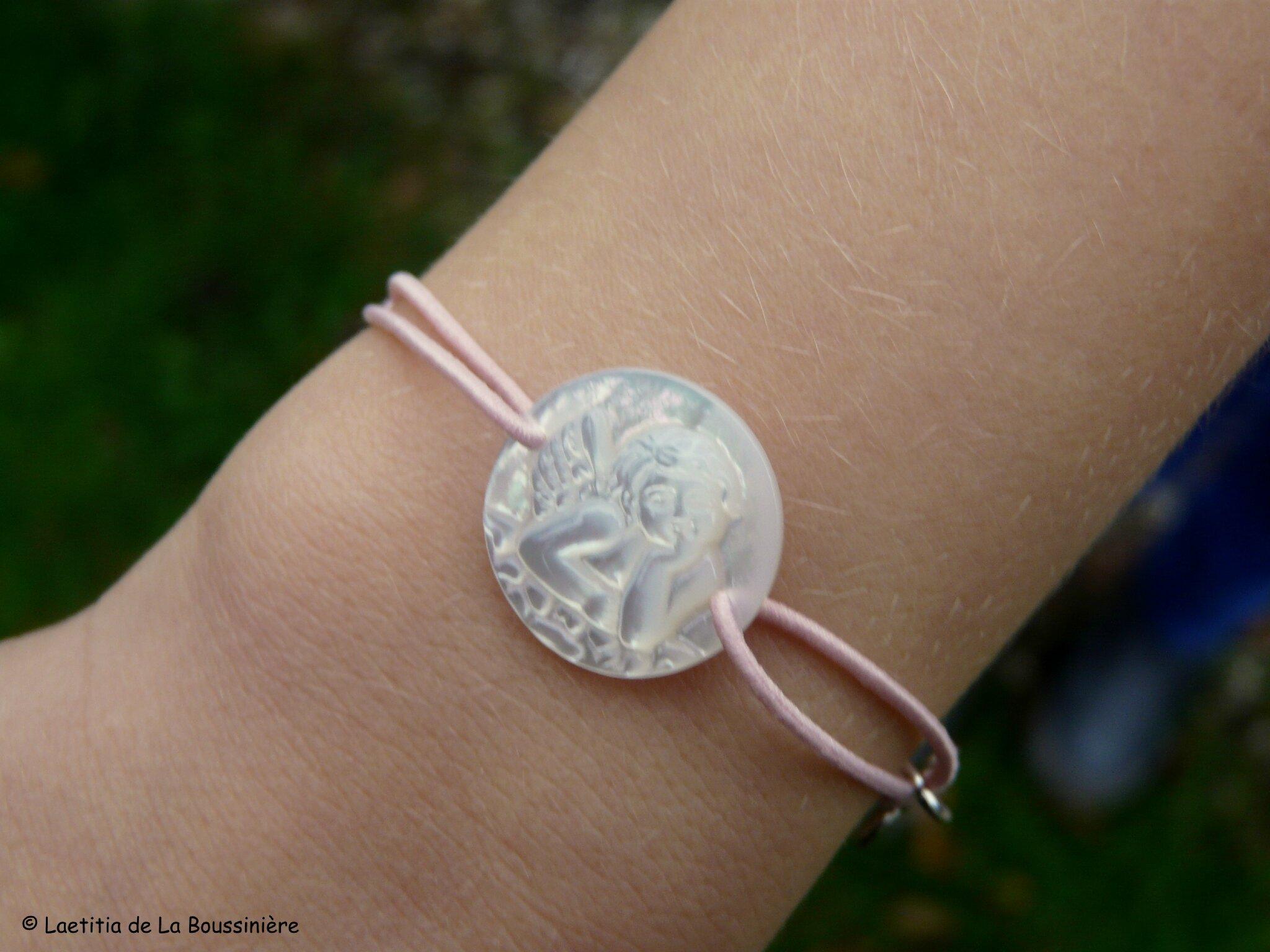 Bracelet médaille d'Ange en nacre sur fil élastique